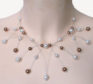 collier blanc et caramel