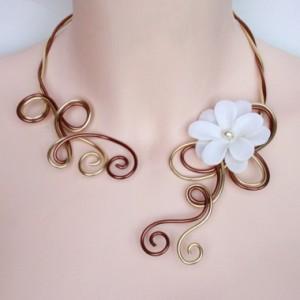 collier mariage aluminium brun cuivré, or et fleur ivoire