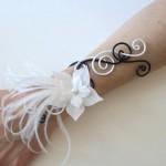 Bracelet_mariage_aluminium_noir_et_blanc_fleurs_plumes