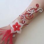 Bracelet_mariage_aluminium_rouge_et_blanc_+_fleurs_+_plumes