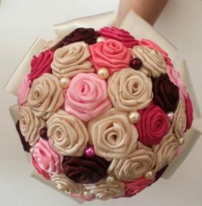 Bouquet_de_mariee_satin_ivoire_rose_bordeaux