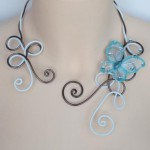Collier mariage en fils d'aluminium blanc et chocolat + papillon turquoise