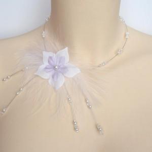 Collier mariage blanc et parme fleurs et plumes